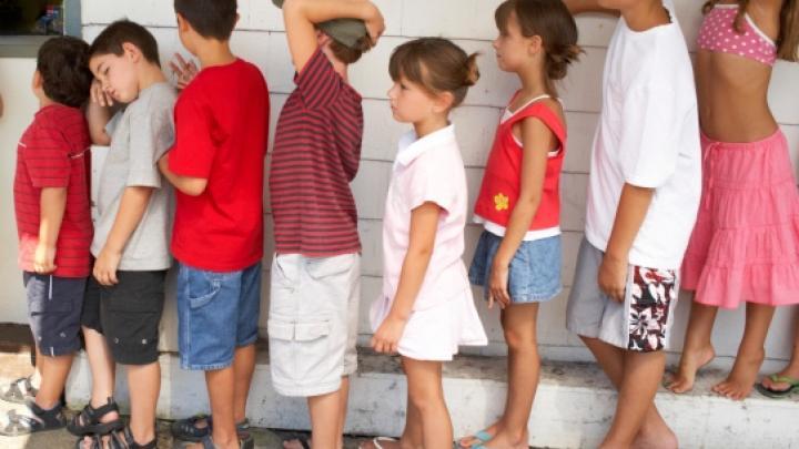 Évitez la file d'attente de sécurité où il y a des enfants. photographie, photo.